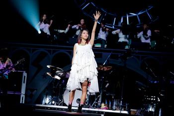 白いドレスが奇麗なLiSA
